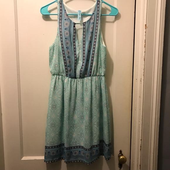 Francesca's Collections Dresses & Skirts - Patterned Keyhole dress